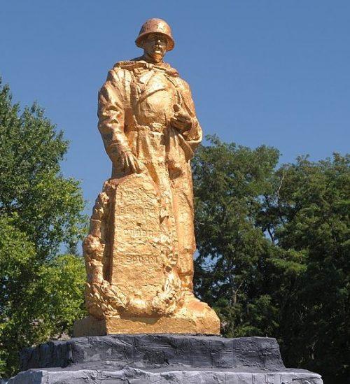 с. Митлашовка Драбовского р-на. Памятник воинам-односельчанам, установленный у школы.