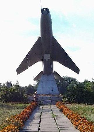 с. Нехайки Драбовского р-на. у школы. Мемориал летчикам-односельчанам.
