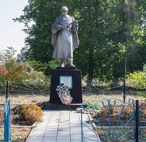с. Баштечки Жашковского р-на. Памятник у школы, установленный на братской могиле советских воинов, погибших в феврале 1944 года.