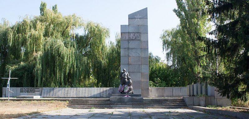 с. Баштечки Жашковского р-на. Памятник, установленный на братской могиле, в которой похоронено 765 советских воинов.