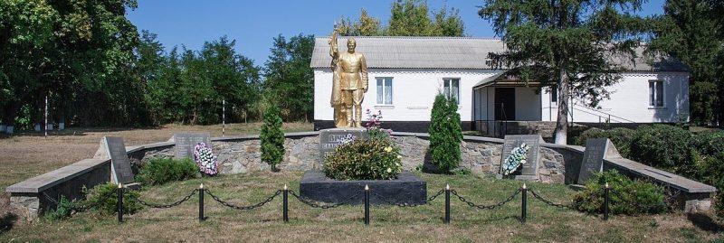 с. Безопасная Жашковского р-на. Памятник, установленный на братской могиле советских воинов, погибших при освобождении села в феврале 1944 года.