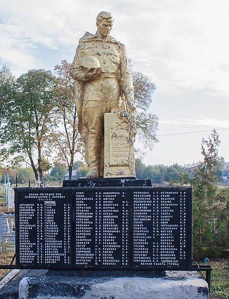 с. Бузовка Жашковского р-на. Памятник, установленный на братской могиле, в которой похоронено 145 советских воинов.