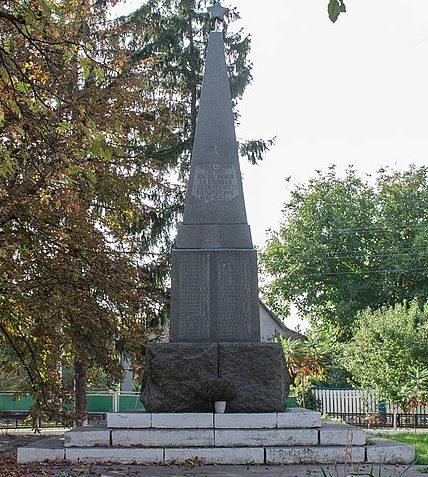 с. Бузовка Жашковского р-на. Памятник, установленный в честь 162 односельчан, погибших в годы войны.