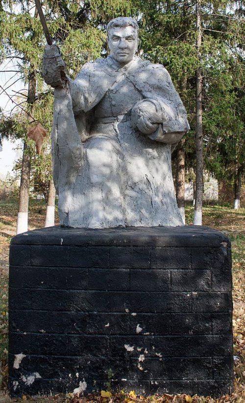 с. Бузовка Жашковского р-на. Памятник советским воинам.