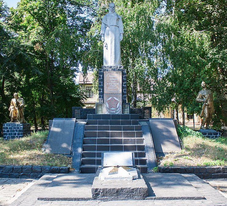 с. Ворон Жашковского р-на. Памятник, установленный на братской могиле воинов-освободителей.