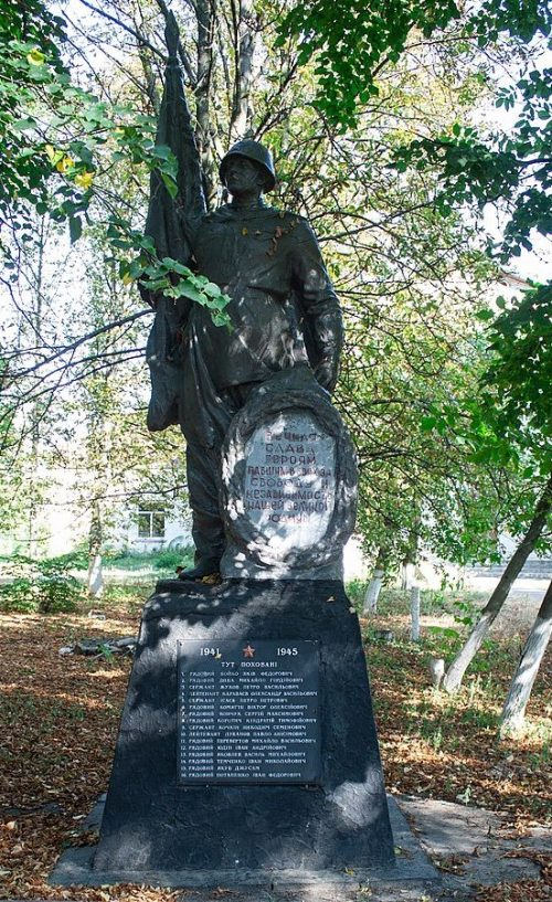 с. Житники Жашковского р-на. Памятник, установленный на братской могиле, в которой похоронено 14 советских воинов.