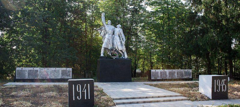 с. Житники Жашковского р-на. Памятник односельчанам, погибшим в годы войны.
