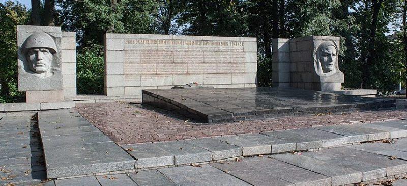 г. Жашков. Памятник, установленный на братской могиле советских воинов и мирных жителей.