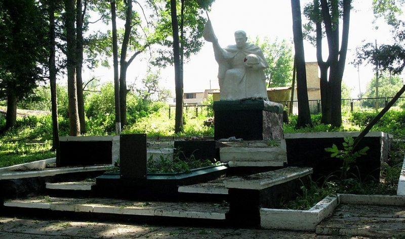 г. Жашков. Памятник, установленный на братской могиле советских воинов, погибших в 1944 г.