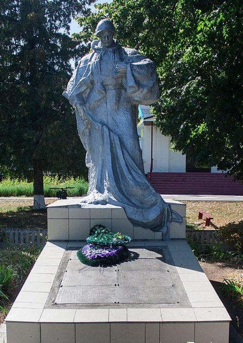 с. Конела Жашковского р-на. Памятник у школы, установленный на братской могиле советских воинов.