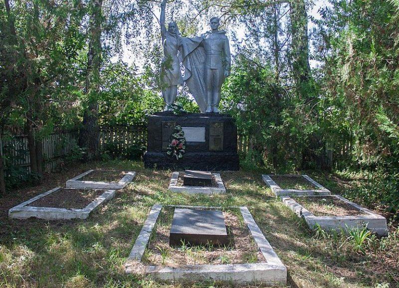 с. Константиновка Жашковского р-на. Памятник, установленный на братской могиле советских воинов.