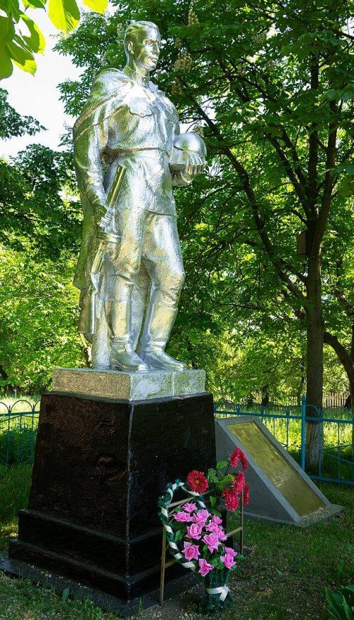 с. Ольховец Звенигородского р-на. Памятник, установленный на братской могиле советских воинов.