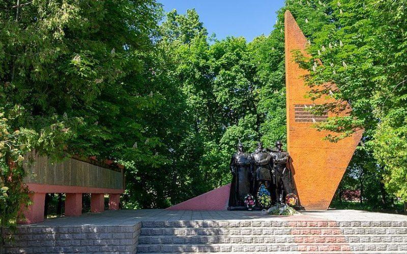 с. Ольховец Звенигородского р-на. Памятник односельчанам, погибшим в годы гражданской и Великой Отечественной войн.