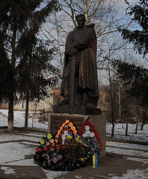 с. Гельмязов Золотоношского р-на. Памятник, установленный на братской могиле советских воинов.