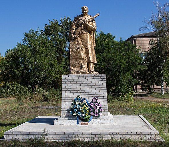 с. Дмитровка Золотоношского р-на. Памятник у школы, установленный на братской могиле партизан и советских воинов.