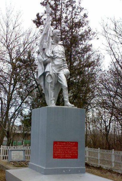 Памятник и братская могила экипажа самолета.