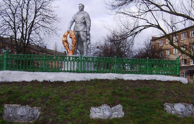 г. Золотоноша. Памятник, установленный на братской могиле воинов, погибших в боях за город.