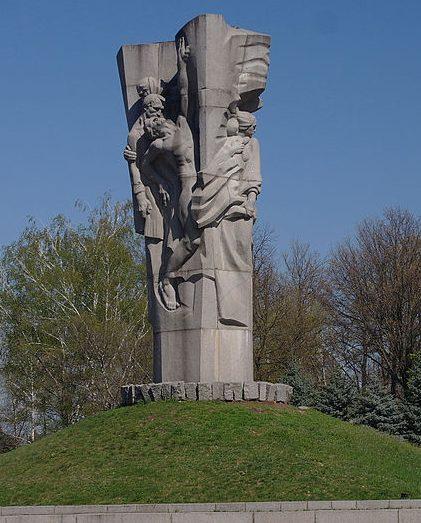 г. Золотоноша. Памятник. установленный на братской могила военнопленных и мирных жителей.