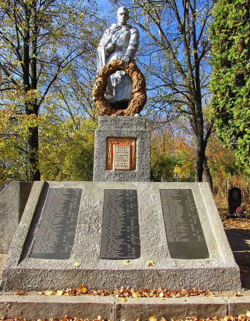 г. Золотоноша. Памятник на кладбище, установленный на братской могиле советских воинов.