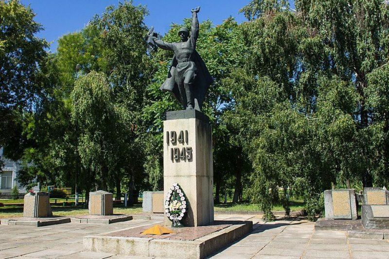 с. Коробовка Золотоношского р-на. Мемориальный комплекс в честь советских воинов и односельчан.