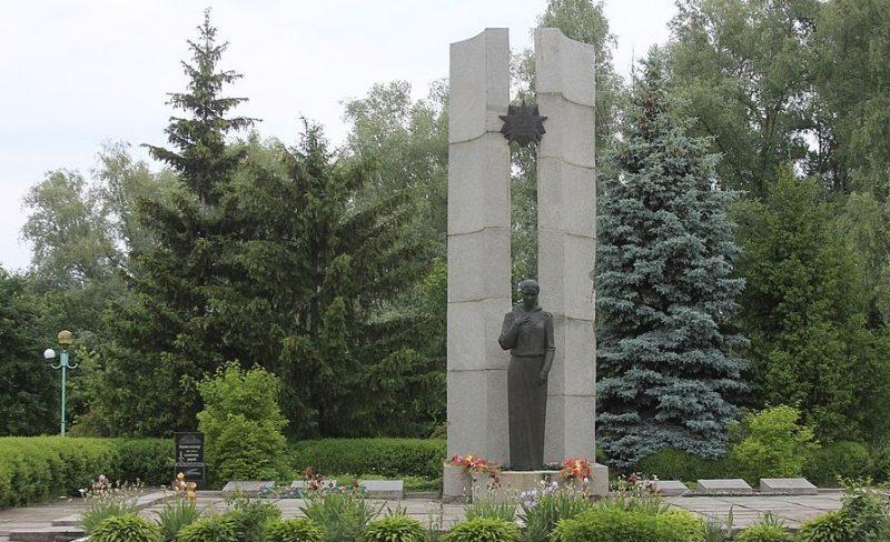 с. Крапивна Золотоношского р-на. Памятник у школы воинам-односельчанам.
