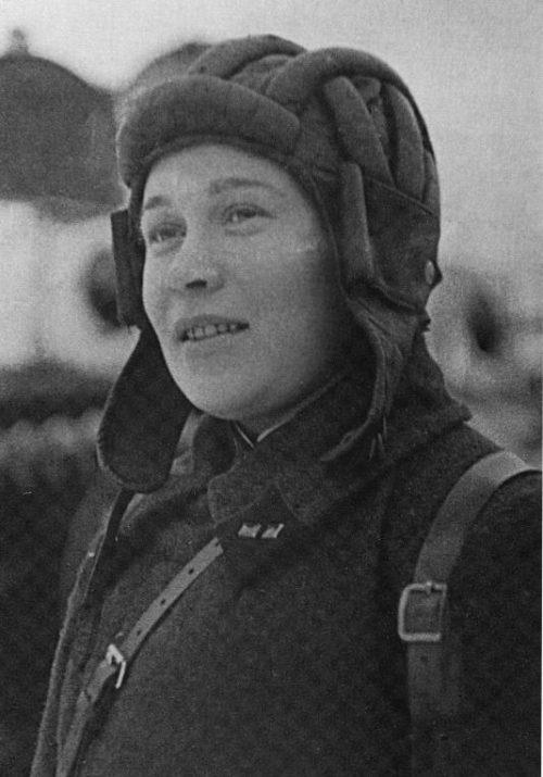 Лейтенант Е.А. Козлова у танка Т-28. Декабрь 1939 г.