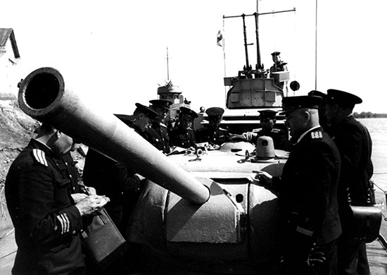 Командиры бронекатеров Дунайской флотилии получают боевую задачу.