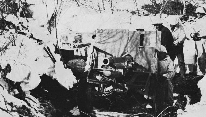Расчет 75-мм норвежской пушки на позиции под Нарвиком. Апрель 1940 г.