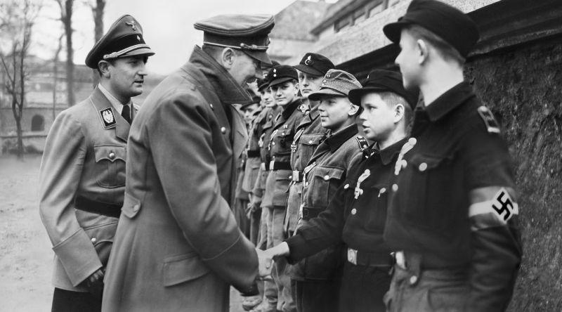 Адольф Гитлер награждает ополченцев из Гитлерюгенд. Март 1945 г.