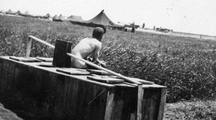 Место со всеми удобствами: уборная на открытом воздухе на аэродроме Джулия, Италия. База 459-й бомбардировочной группы USAAF, начало 1944 года.