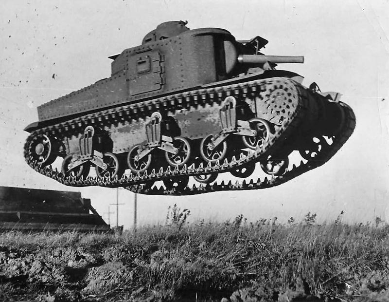 «Учимся летать». Прототип американского среднего танка М3 «Ли» на испытаниях на Абердинском полигоне. 1941 г.
