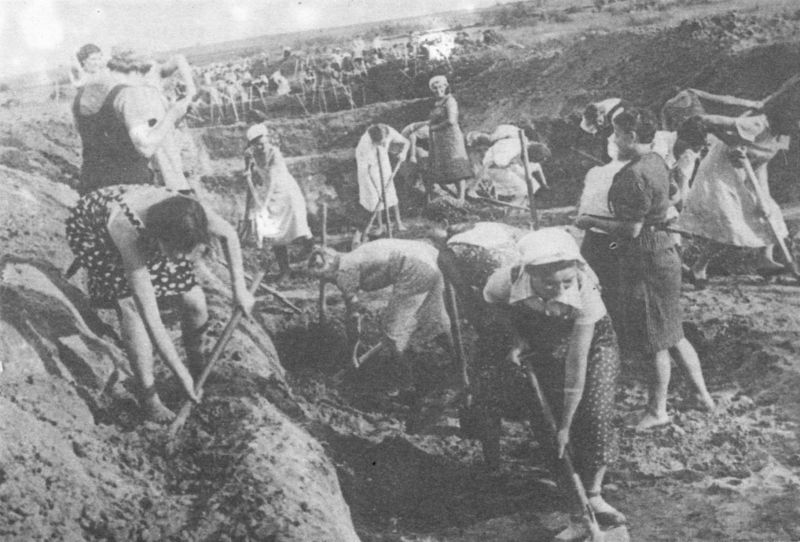 Жительницы Ленинграда роют противотанковый ров. Июль 1941 г.