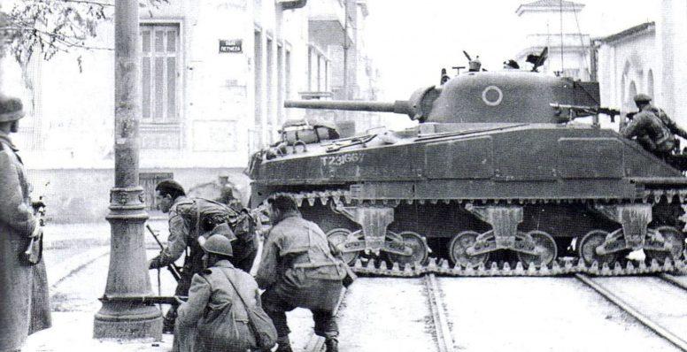 Британские войска ведут бой за Афины.