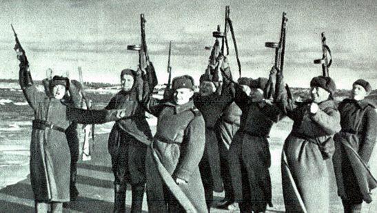 Салют воинов Красной Армии, вышедших на побережье Балтийского моря.