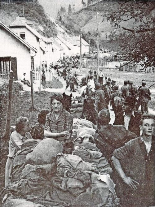 Отступающие колонны усташей и хорватских беженцев у города Блейбург.