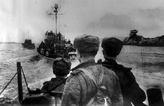 Корабли советского Северного флота с десантниками на пути к Киркенесу.