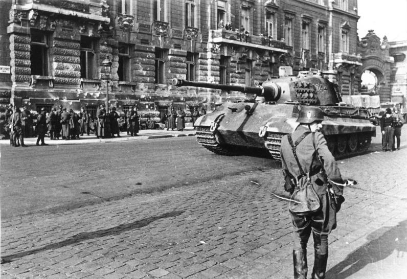 Немецкий танк «Тигр II» на улице Будапешта.