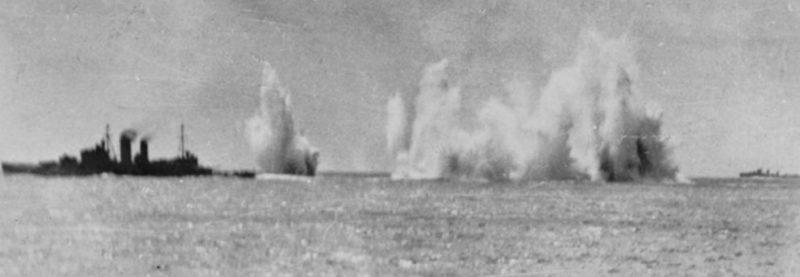 Корабли Союзников под атакой японских самолетов.