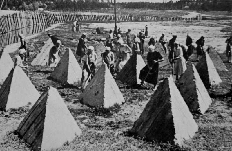 Женщины на строительстве оборонительных рубежей под Ленинградом. Июль 1941 г.