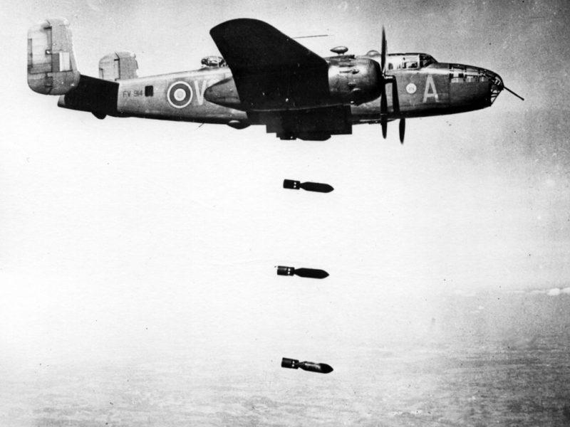 B-25 Королевских ВВС производит бомбометание по Сан-Марино.