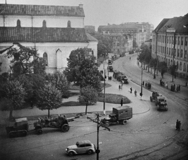 Колонна советских 152-мм гаубиц в освобожденном Таллине.