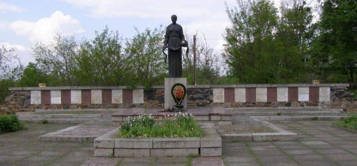 с. Глубочек Тальновского р-на. Памятник односельчанам и освободителям села.