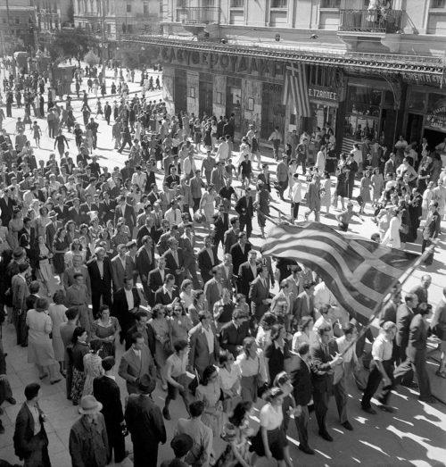 Афины празднуют освобождение города.