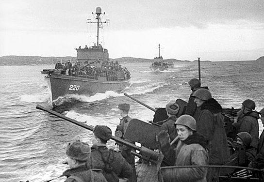 Корабли Северного флота с десантом на пути к г. Петсамо.