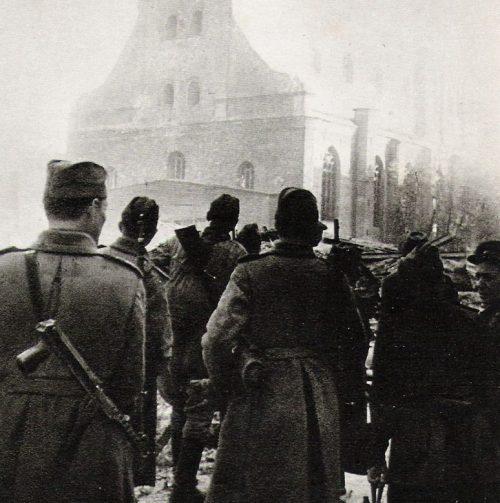 Советские солдаты в освобожденной Риге.