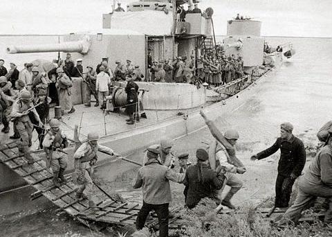 Высадка десанта с монитора «Дальневосточный комсомо¬лец».