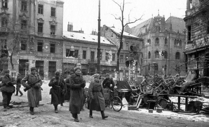 Красноармейцы в Будапеште.