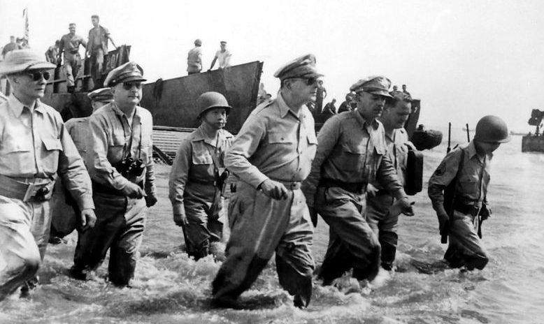 Дуглас Макартур высаживается на пляже Пало в Лейте.