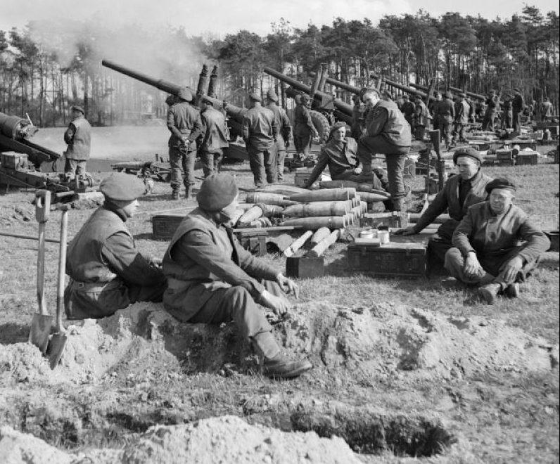 Британские 5,5-дюймовые орудия ведут огонь в поддержку десанта.
