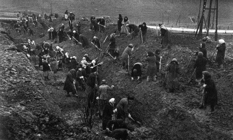 Женщины роют противотанковые рвы под Москвой. Октябрь 1941 г.